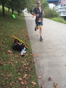 Eric Limkemann running in first place. Image credit @HeidiRuns